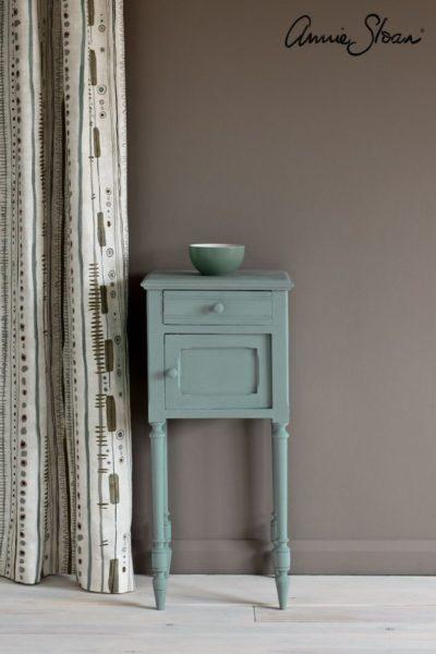 Svenska Blue side table Piano in Olive curtain Linen Union in Graphite Old White lampshade 72dpi image 2.jpg másolata